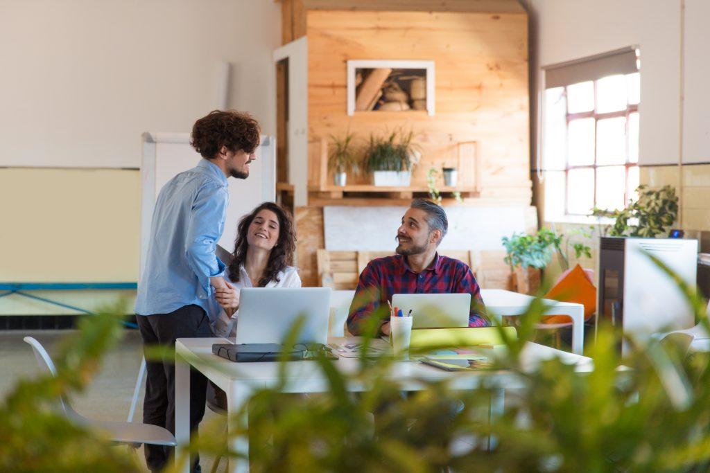 Välstädat kontor med glada medarbetare och arbetsplatsservice